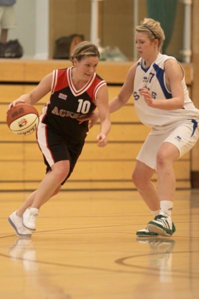 Rularuns dribbling basketball